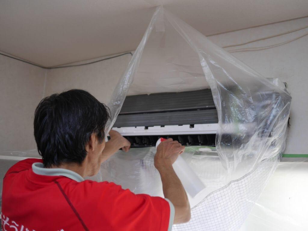 エアコンクリーニングで洗剤をスプレー