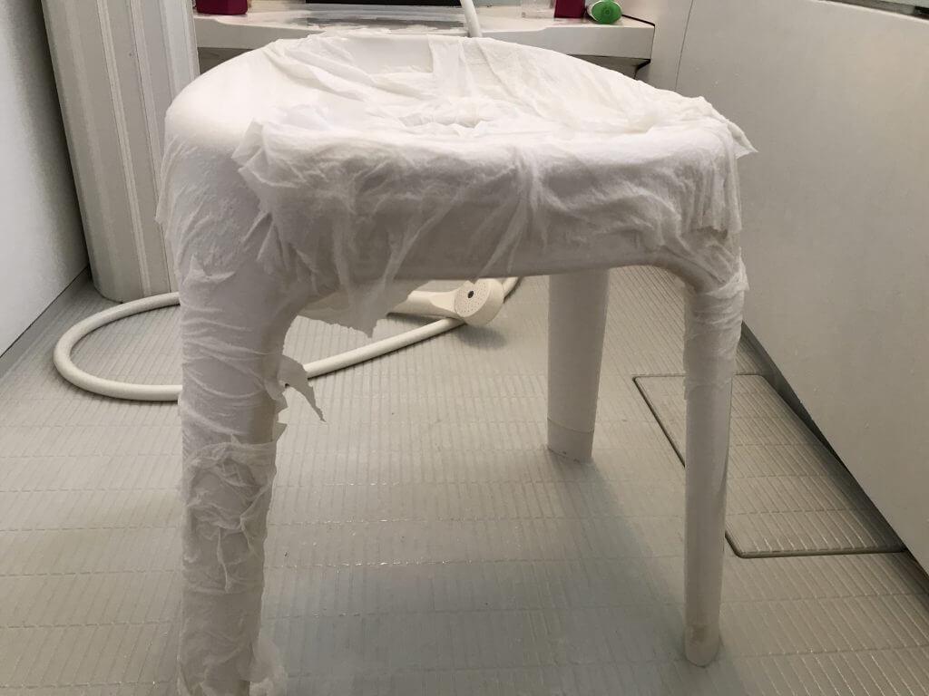お風呂イスの水垢を取るために酸性洗剤でパック