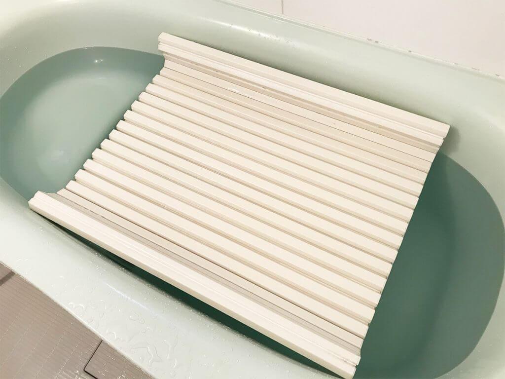 重曹とお湯にお風呂の蓋をつけておく