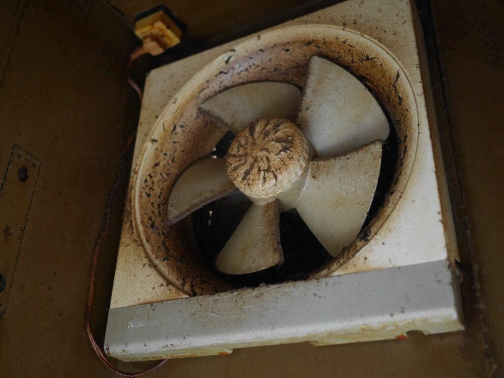 20年掃除していない換気扇の汚れ