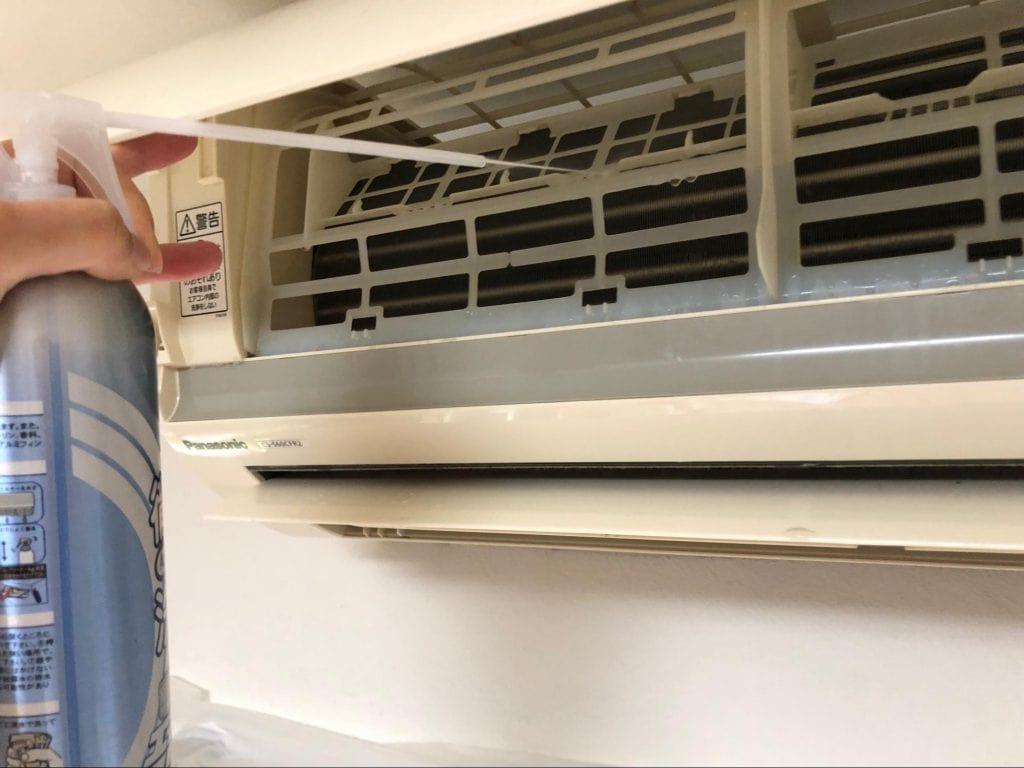 エアコン掃除スプレーAgプラス フレームの外から吹き付ける