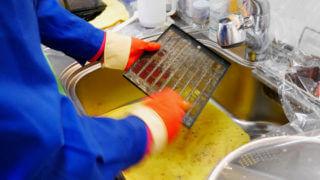 レンジフードクリーニングで柔らかくなった油汚れをブラシでこすり洗いする