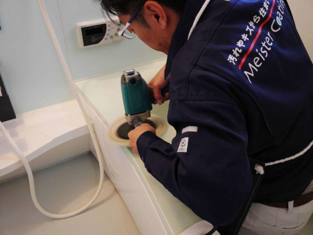 浴室コーティング前に浴槽をグラインダーで磨く