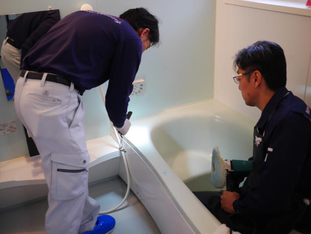 浴室コーティング前に浴槽の傷をチェック