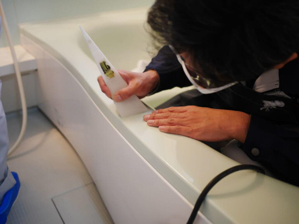 浴室コーティング前に浴槽の水垢を取る