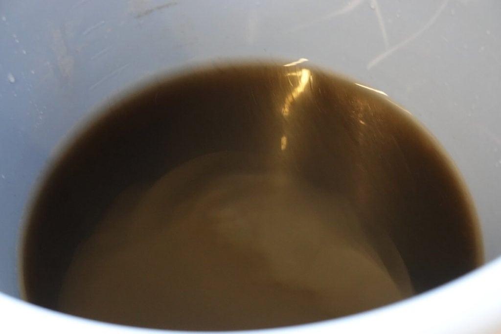 エアコンの油汚れの浮いている汚水