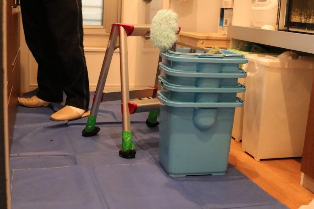 キッチンクリーニング開始前の養生シートと作業道具