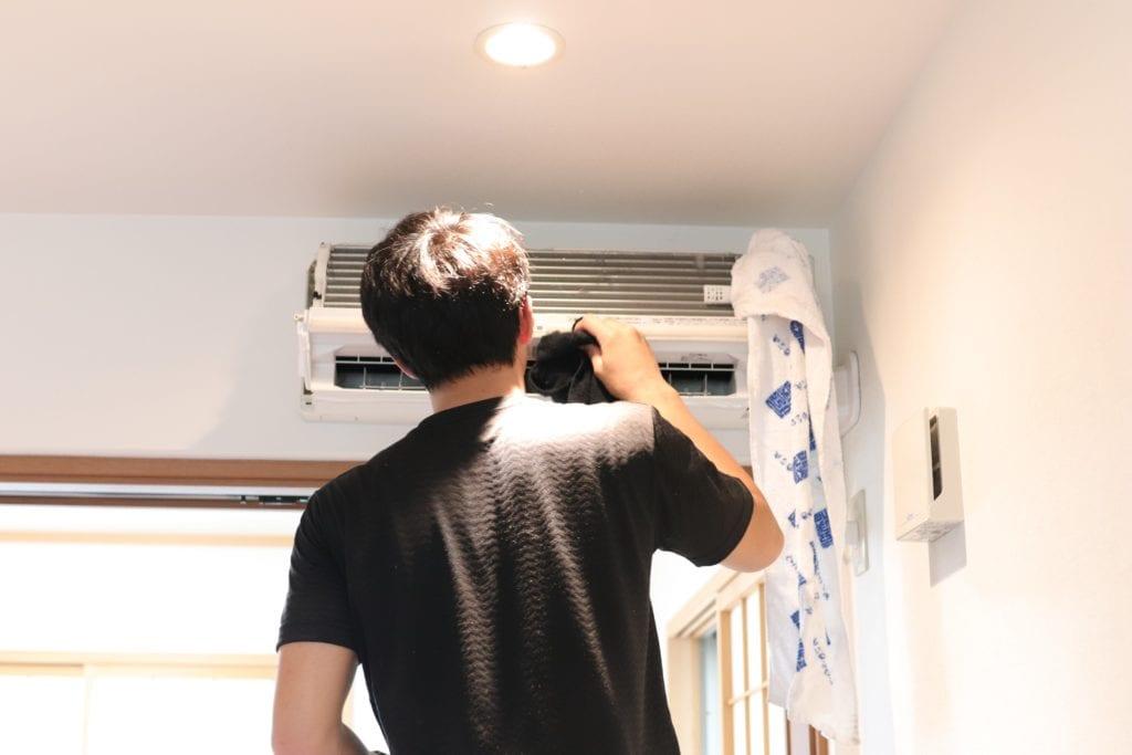 エアコンクリーニング後の内部の拭き取り