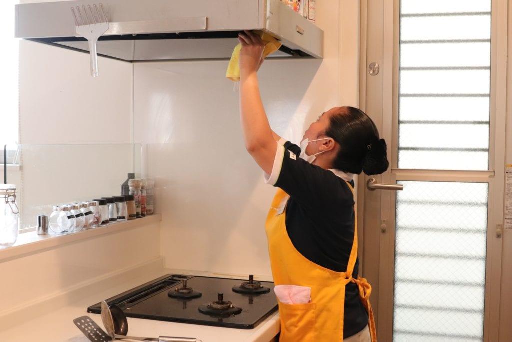 キッチンを掃除するサニーメイドサービスのスタッフ
