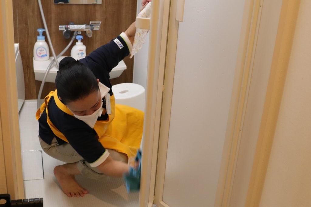 お風呂を掃除するサニーメイドサービスのスタッフ