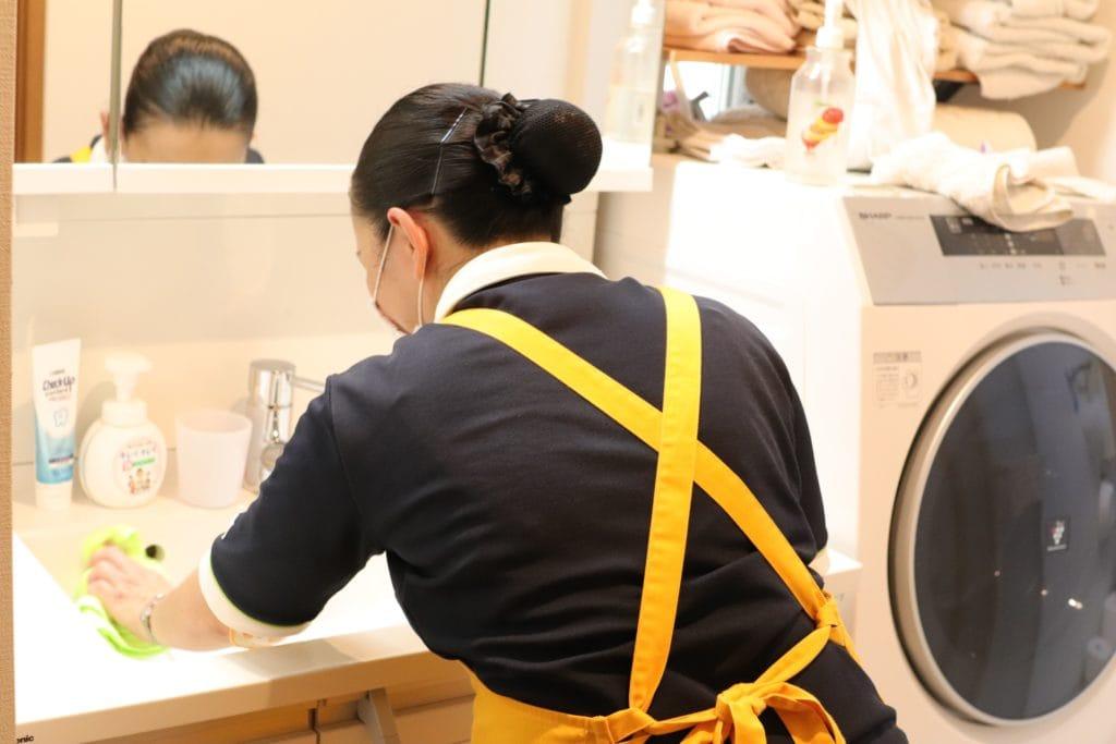 洗面所の掃除をするサニーメイドサービスのスタッフ
