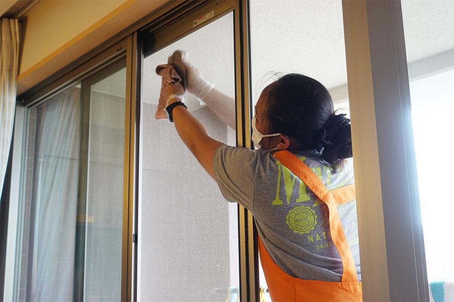 窓掃除をするピナイ家政婦さん