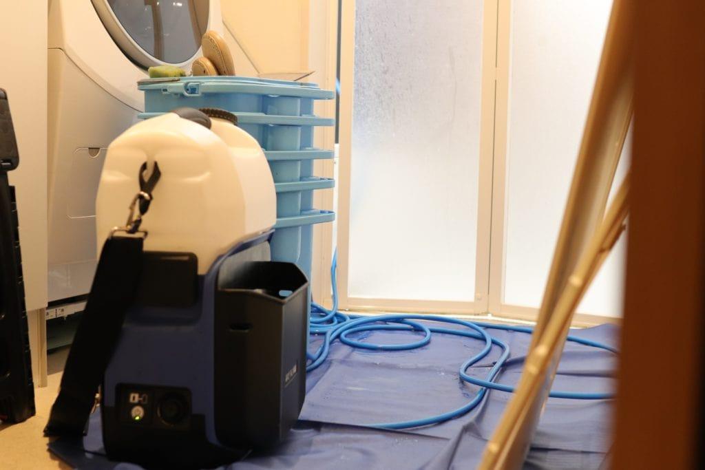 高圧洗浄機で浴室乾燥機を清掃するおそうじ本舗さん