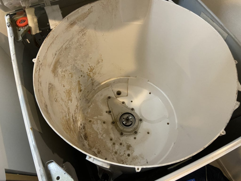 SHARPの穴なし縦型洗濯機を分解洗浄している様子