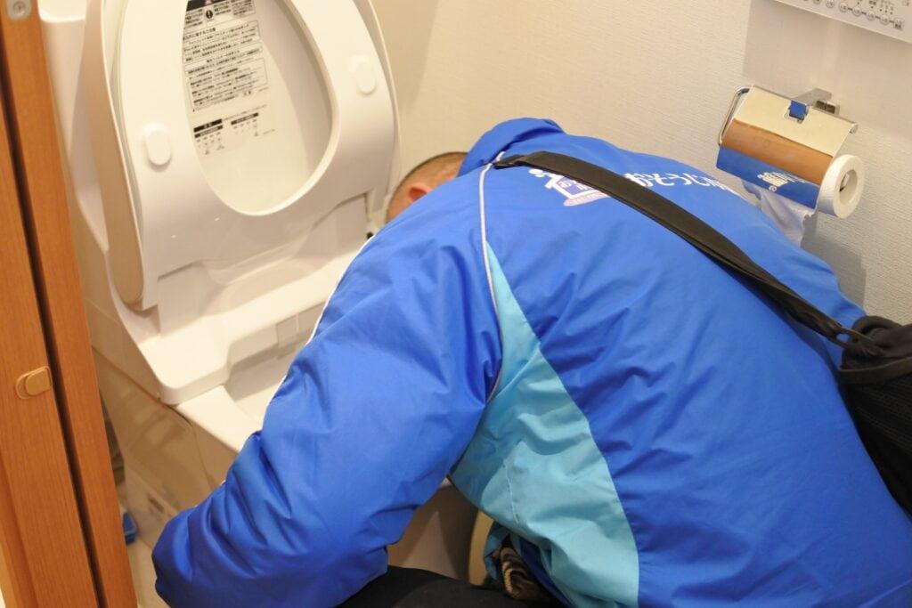 トイレクリーニング開始前に汚れ具合をチェックするおそうじ本舗さん
