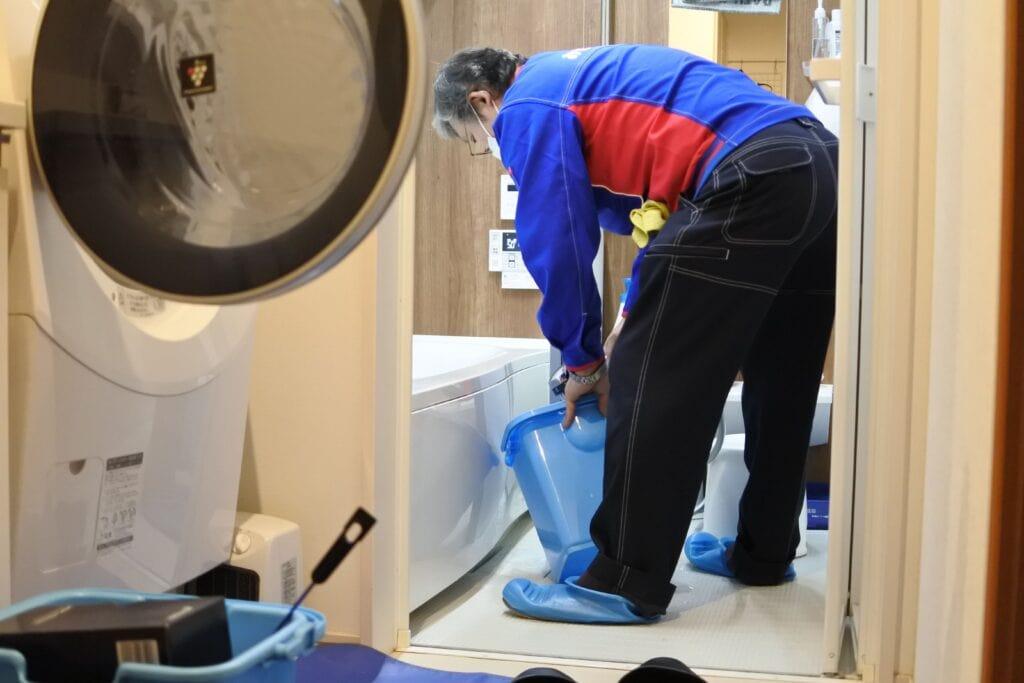 ドラム式洗濯機クリーニングで外したパーツを洗浄する様子