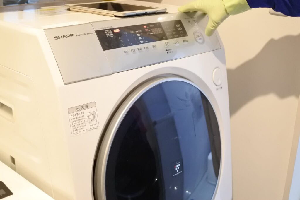 ドラム式洗濯機クリーニングで中和洗剤を入れて洗浄する様子