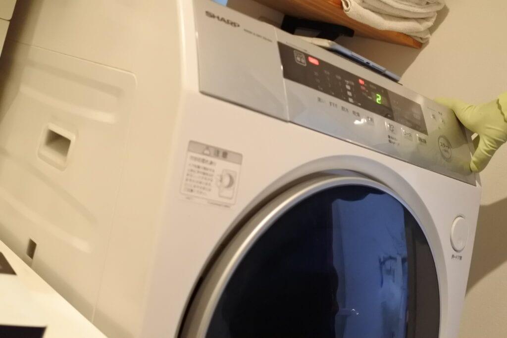 ドラム式洗濯機クリーニングで汚れた水を脱水する様子
