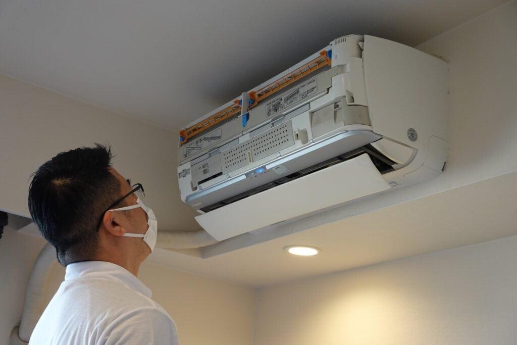 お掃除機能付きエアコンを分解する様子