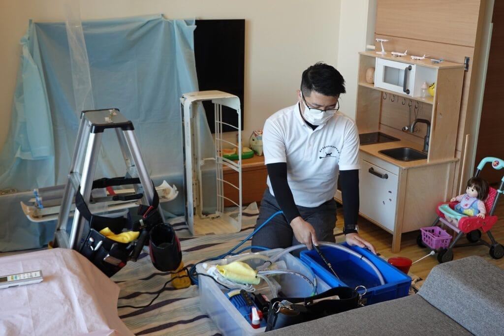 高圧洗浄用の水を作業場所のリビングへ運ぶ