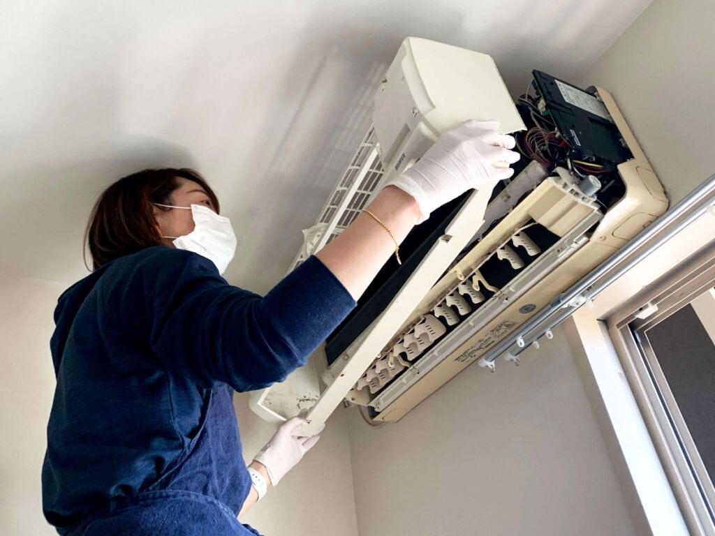 自分でできる?本格エアコン掃除に主婦が挑戦!道具と手順をまとめてみた フレームを外す