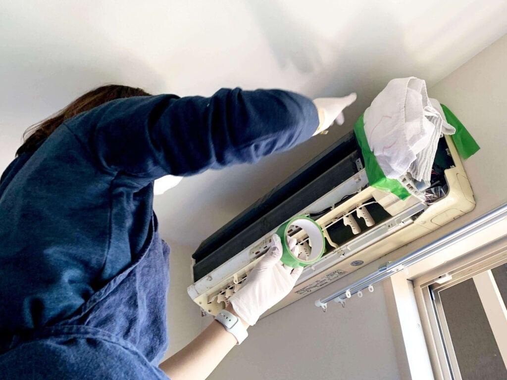 自分でできる?本格エアコン掃除に主婦が挑戦!道具と手順をまとめてみた タオルで養生