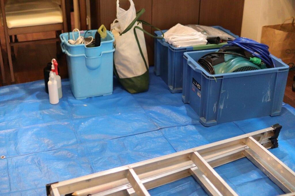 養生した場所に運び込まれた作業道具