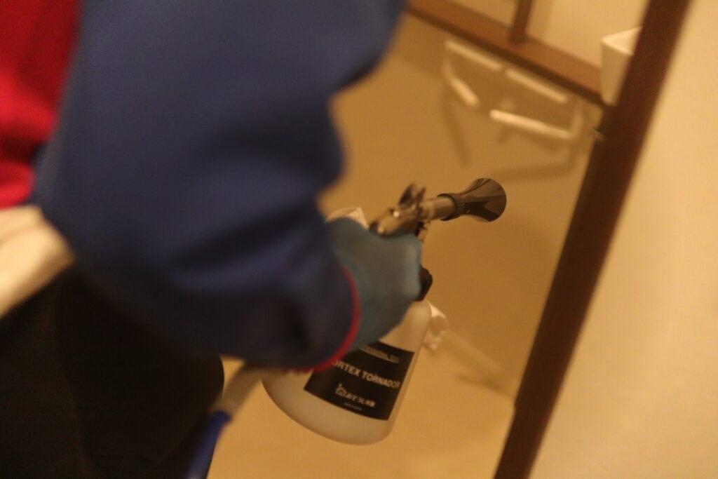 光触媒抗菌コーティングのコーティング剤を塗布する様子