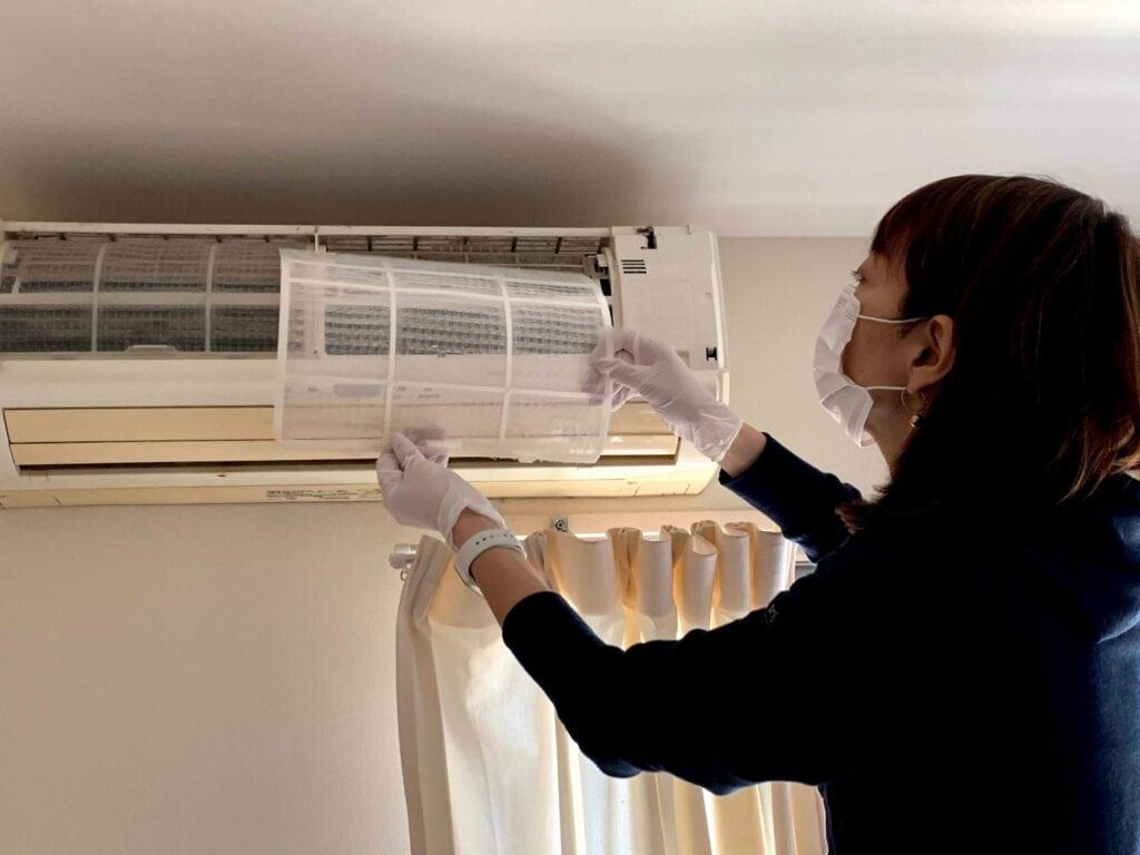 自分でできる?本格エアコン掃除に主婦が挑戦!道具と手順をまとめてみた フィルターを外す