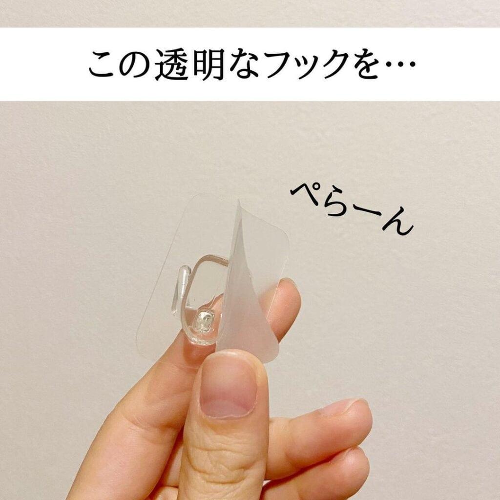 フィルムフックを洗面所の壁に貼ってメラミンスポンジをつける収納が便利。