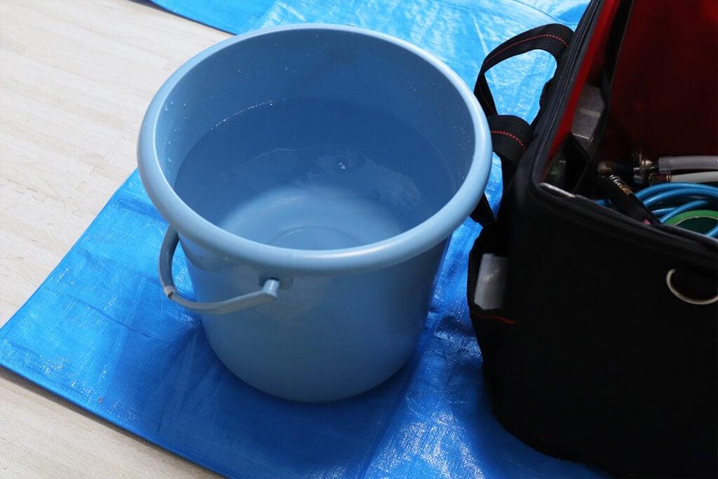 エアコンクリーニング用の水をバケツに用意