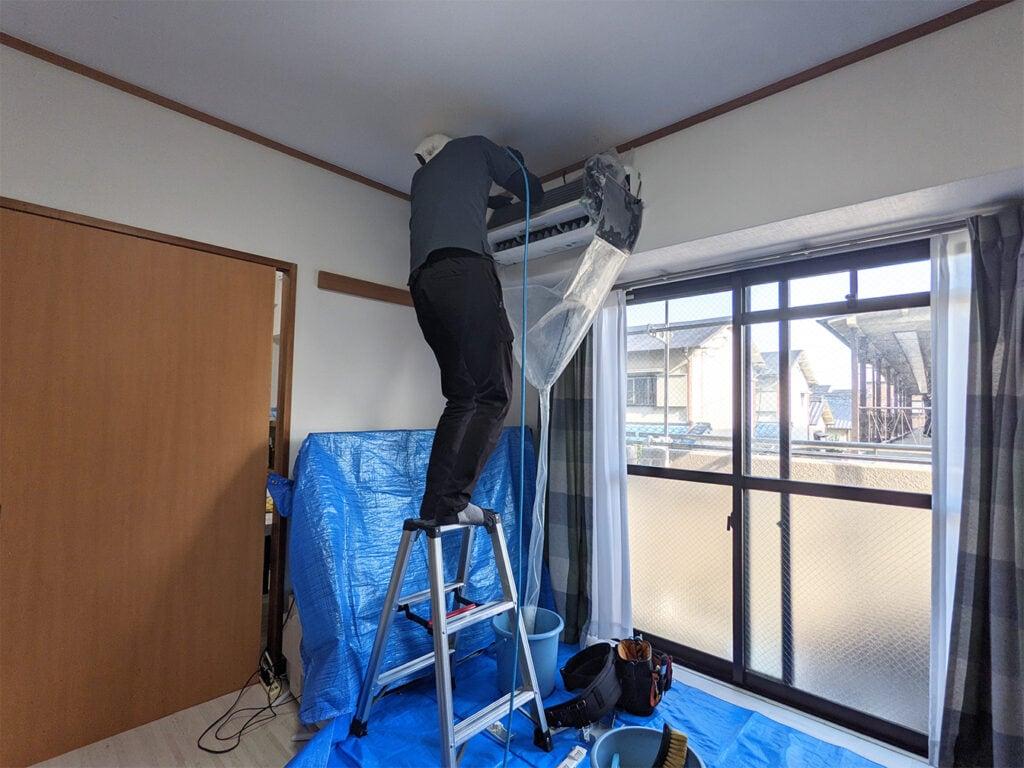 高圧洗浄機でエアコンクリーニングをする全体の様子