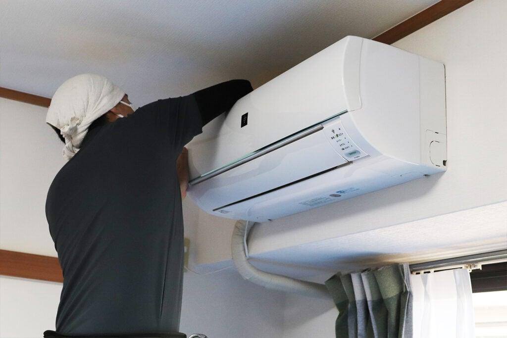 エアコンクリーニング後のエアコンを拭きあげる様子