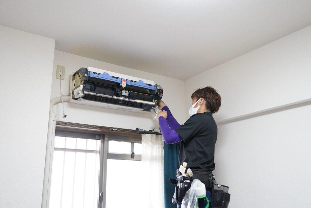 ココナラミーツでのエアコンクリーニング、エアコンを分解する様子