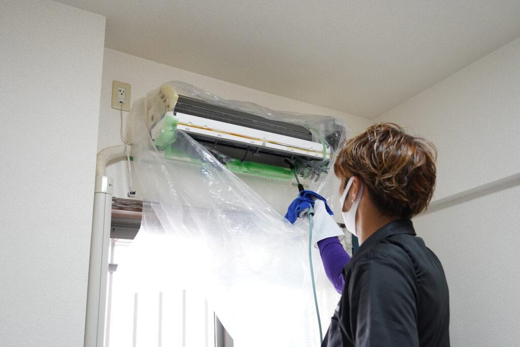 ココナラミーツでのエアコンクリーニング、高圧洗浄機で洗浄する様子