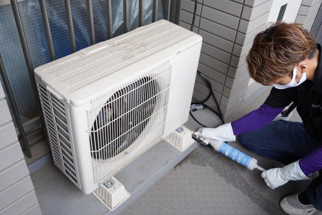 ココナラミーツでのエアコンクリーニング、室外機の圧を抜く様子