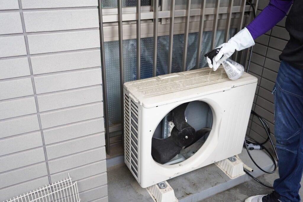 ココナラミーツでのエアコンクリーニング、室外機に洗剤を塗布する様子