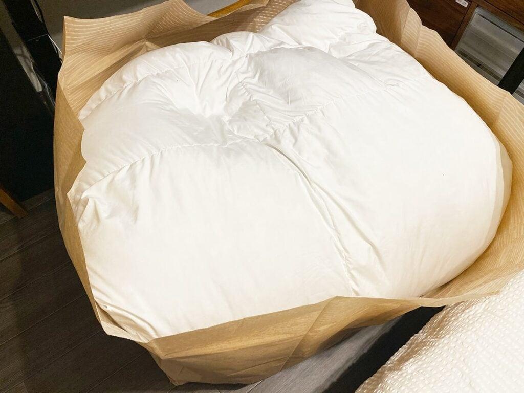布団クリーニング用の梱包袋に羽毛布団を詰めた様子