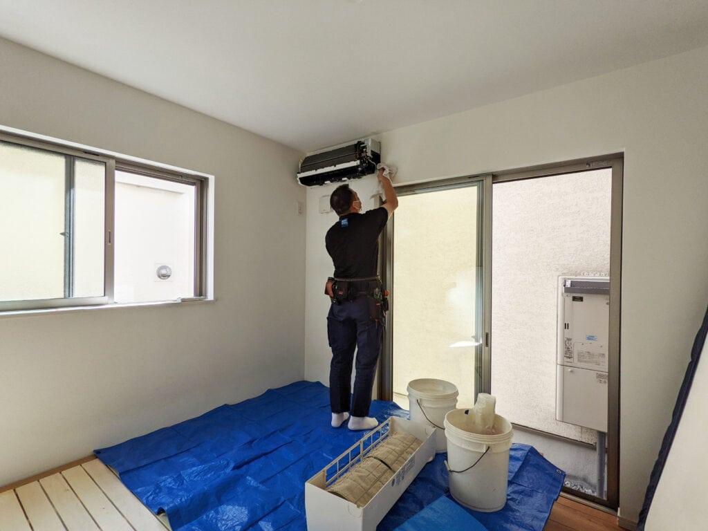 カジタクのエアコンクリーニングでエアコンを分解する様子