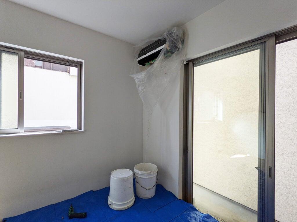 カジタクのエアコンクリーニングでエアコンを養生する様子