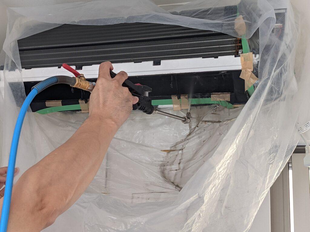 カジタクのエアコンクリーニングで高圧洗浄する様子